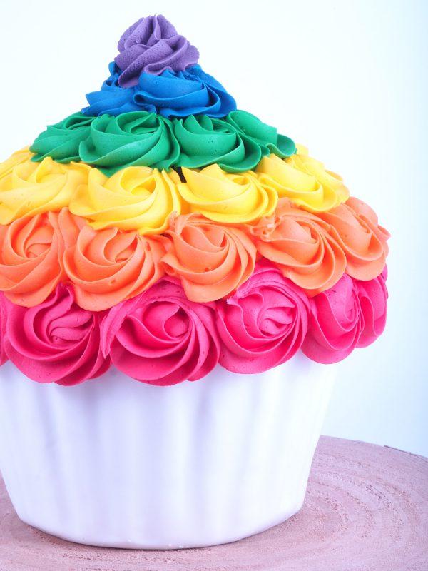 FunCakes mega cupcake met toef in verschillende felle kleuren verwijst naar het FunColours kleurstoffen assortiment