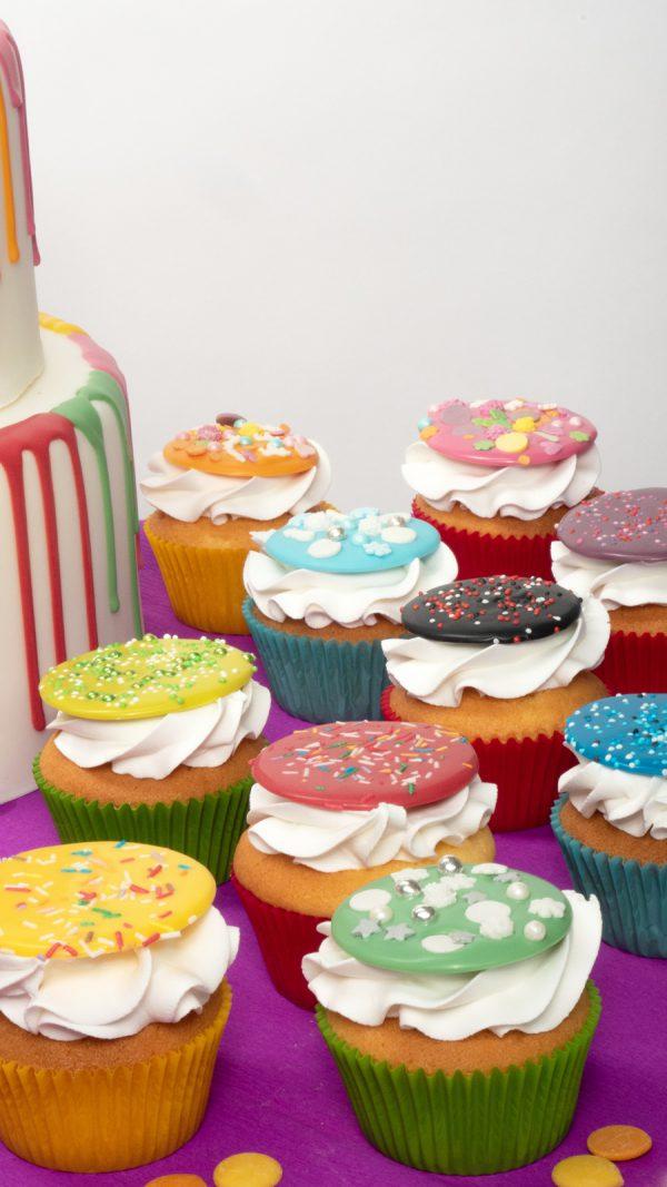 FunCakes cupcakes gedecoreerd met deco melts in verschillende kleuren verwijst naar het deco melts assortiment