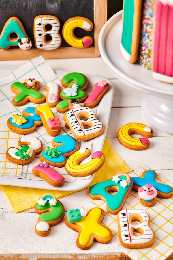 FunCakes back to school koekjes gedecoreerd met FunCakes suikerdecoraties verwijst naar het decoratie assortiment