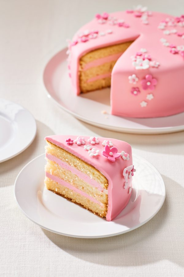FunCakes roze fondant taart met kleine fondant bloemetjes verwijst naar het FunCakes fondant assortiment