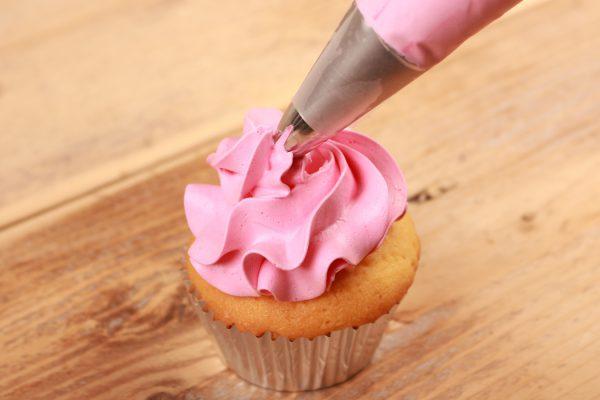 FunCakes cupcake met roze toef gemaakt met FunCakes spuitzak verwijst naar het assortimen materialen