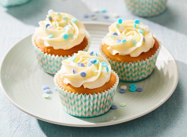 FunCakes cupcakes met toef en blauwe sprinkles verwijst naar het Funcakes topping en vullingen assortiment