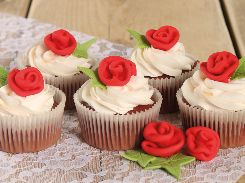 Red velvet cupcakes met rozen