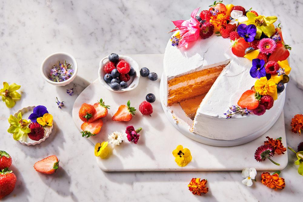 Vrolijke taart met eetbare bloemen