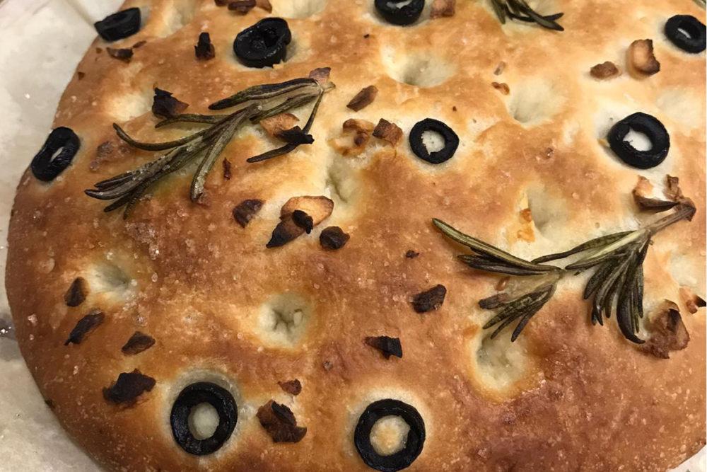 Focaccia met knoflook en olijven