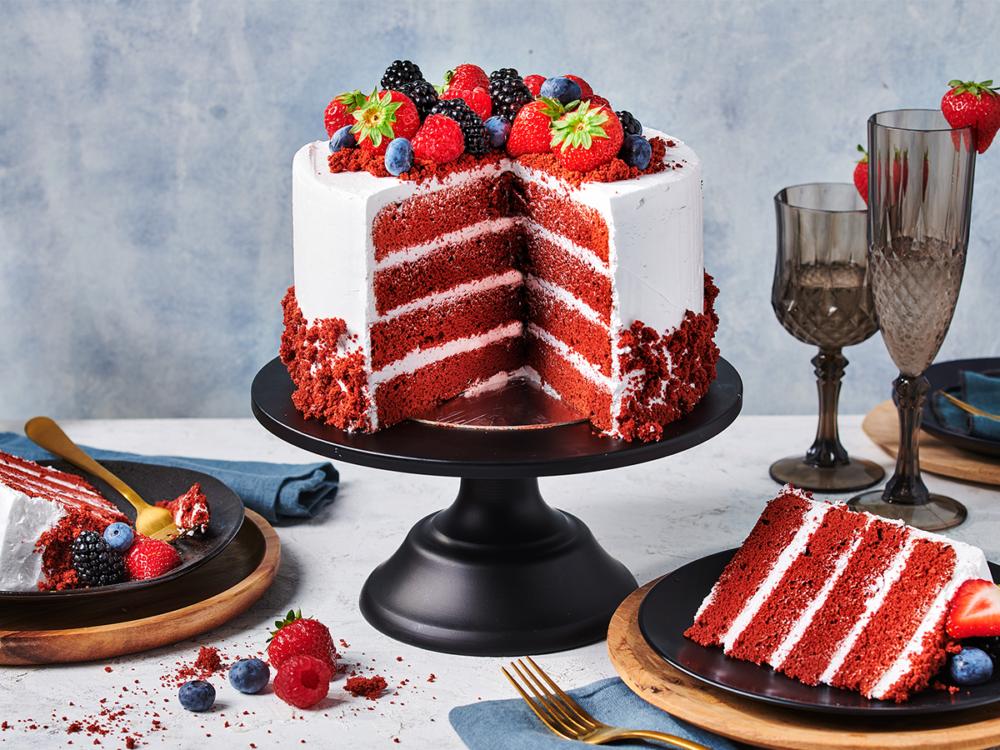 Red velvet cake met fruit