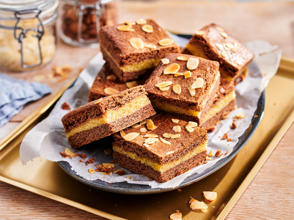 Filled speculoos with almond flakes